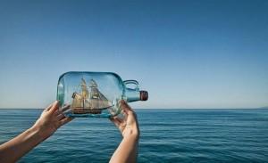 plaukiantis laivas butelyje iliuzija